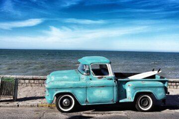 Gammel bil ved strand